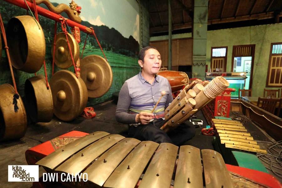 Belajar Musik Etnik : Dwi Cahyono – Alat Musik Bambu