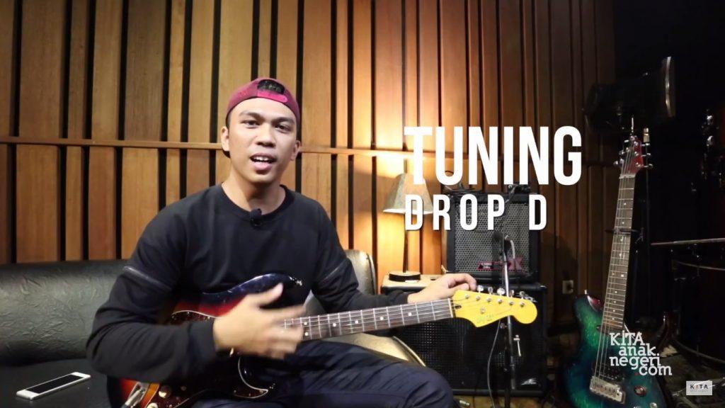 (TipsKITA) Belajar Tuning Gitar Unconventional Bersama Aswin Panembrama